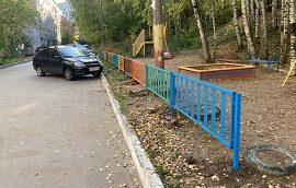 Установка и покраска ограждения детской площадки во дворе дома по адресу ул. Чехова, 6