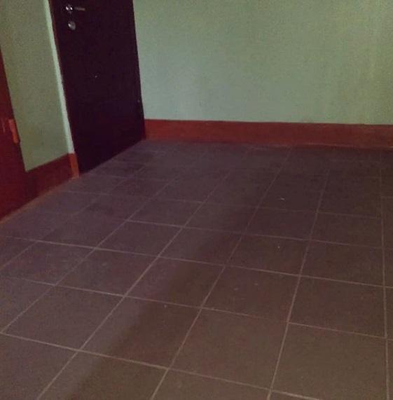 Работы по выкладке плитки на лестничных площадках в подъездах №3 и 4.